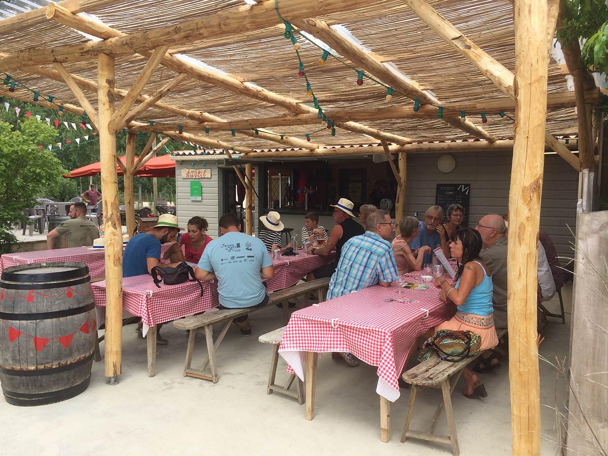 déjeuner à la guinguette du camping Marais Poitevin