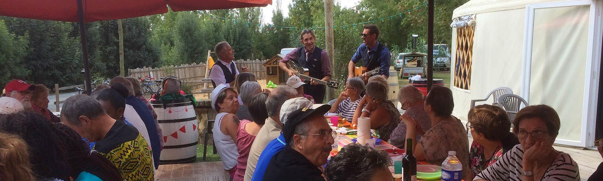 déjeuner guinguette du camping Marais Poitevin